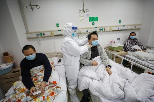 Un doctor inspecciona a un paciente con coronavirus en Wuhan.