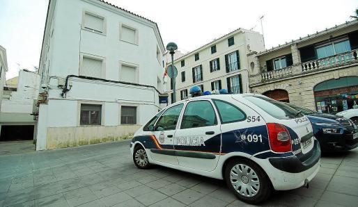 Agentes del Cuerpo Nacional de Policía detuvieron este jueves a cuatro hombres en Mahón.