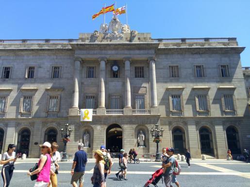 El Ayuntamiento de Barcelona vuelve a colocar el lazo amarillo en la fachada.