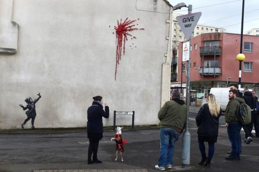 Vecinos de Bristol admirando el nuevo mural de Banksy.