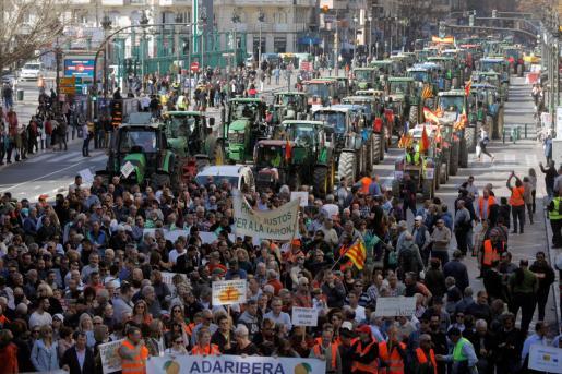 Cientos de tractores protestan en Valencia donde participan en la manifestación en la que denuncian la situación del sector agrario.