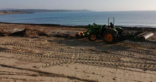 El Consistorio ha contratado a la empresa concesionaria de la playa en un procedimiento de urgencia para llevar a cabo la retirada de piedras y restos acumulados sobre la arena.