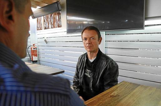 Jaime Durán, en primer plano, y Javier, dos de los afectados, ayer en una cervecería de Palma.