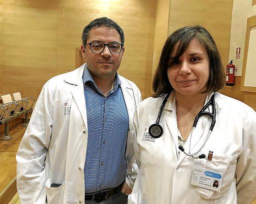 El doctor Zaid Al Nakeeb y la doctora María Arrizabalaga, en Son Llàtzer.