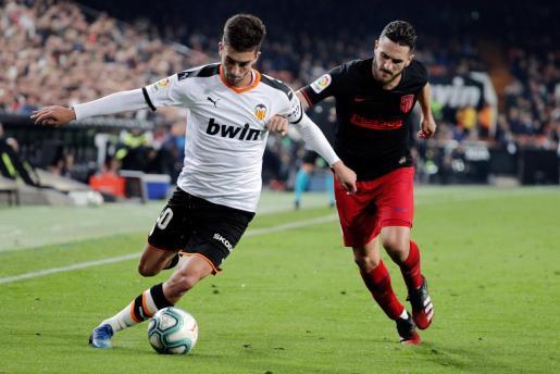 El centrocampista del Valencia CF Ferran Torres se escapa de Koke Resurrección, del Atlético de Madrid, durante el encuentro correspondiente a la jornada 24 de Liga en Primera División disputado en Mestalla.