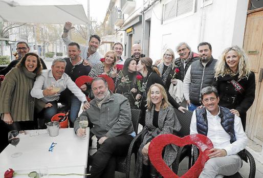 Grupo de amigos celebrando, como cada viernes, una comida y fiesta, en esta ocasión por San Valentín.