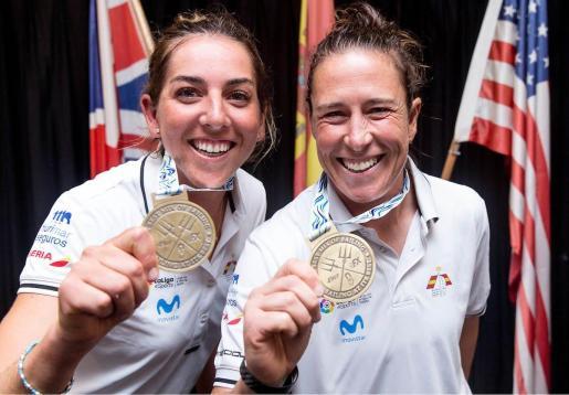 Paula Barceló y Támara Echegoyen mostrando sus medallas de oro.