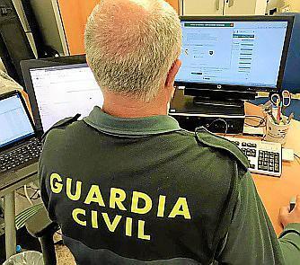 Los investigadores de la Guardia Civil.