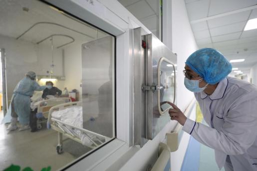 Médicos trabajando en el Hospital de Wuhan.