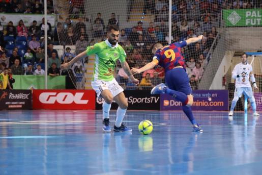 Diego Nunes intenta hacerse con el balón ante la presencia de Lozano.