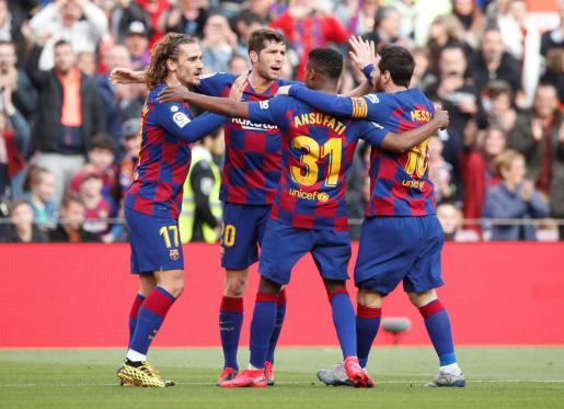 Griezmann (izquierda) celebra con sus compañeros el primer gol del Barcelona.