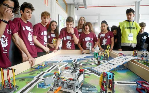 Antes de la competición, el equipo Robosapiens, ganador del evento, prueba y prepara a su robot.