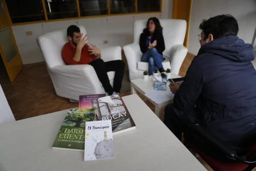 El psicólogo Gonzalo y la jurista Patricia, en las butacas de la oficina en la que imparten el curso. A la derecha, un ejemplar de 'El Principito'.