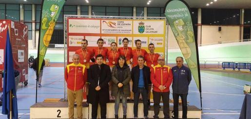 Imagen del podio de la Copa de España de ciclismo en pista, con los baleares Marga López, Ainhoa Moreno y Marc Terrasa.