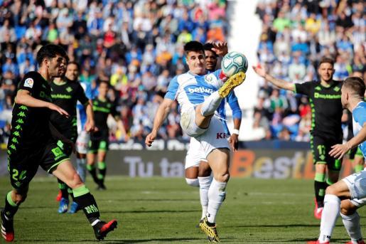 El defensor Unai Bustinza del CD Leganés, golpea el balón durante el partido ante el Real Betis, correspondiente a la jornada 24 de LaLiga Santander de Primera División que disputado este domingo en el estadio Municipal de Butarque en Leganés.
