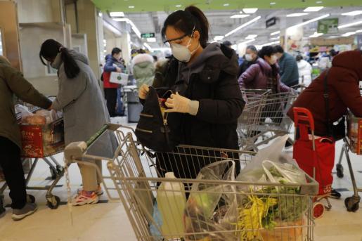 Con este fallecimiento, hasta la fecha, se han producido ya cinco muertes fuera de China continental -en Taiwán, Japón, Francia, Filipinas y Hong Kong-, donde nació el brote. Imagen de una superficie comercial en China.