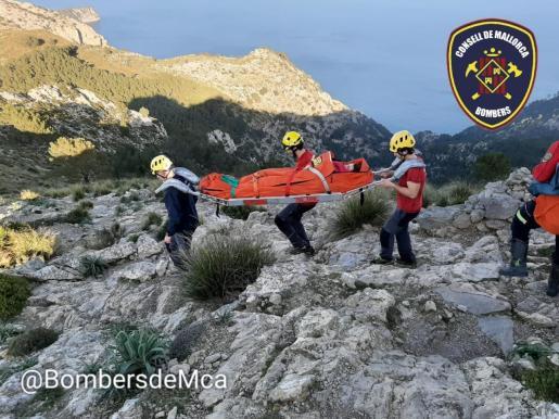 Los bomberos han inmovilizado a la herida y la han trasladado hasta una zona más segura.