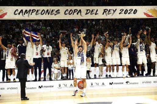 El capitán del Real Madrid, Felipe Reyes, levanta el trofeo que les acredita campeones de la Copa del Rey tras derrotar en la final a Unicaja por 95-68, en el encuentro disputado en el Palacio de Deportes José Mª Martín Carpena, en Málaga.