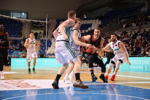 El jugador del BTTB, Johan Löfberg, intenta penetrar ante la presencia de tres jugadores del Cáceres.