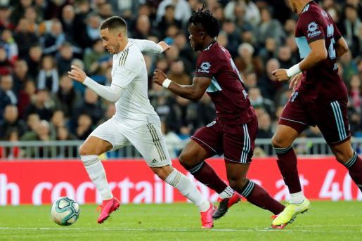 El centrocampista belga del Real Madrid, Eden Hazard (i), conduce el balón ante el defensa ghanés del Celta, Joseph Aidoo.