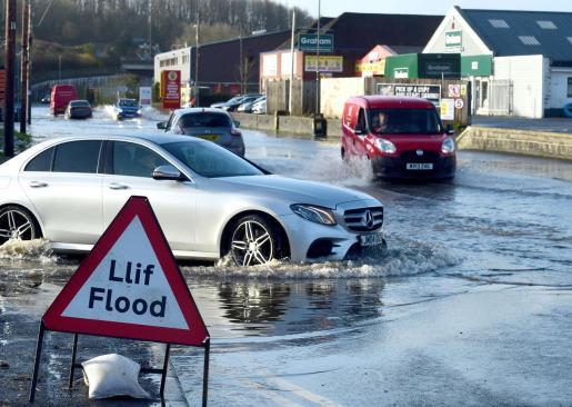 Las lluvias torrenciales han inundado las carreteras en el Reino Unido.