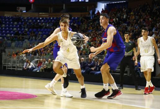 Jaume Amengual (izquierda) supera la defensa de dos jugadores del Barcelona.