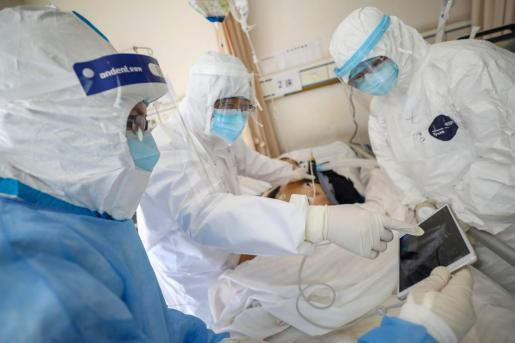 Un grupo de médicos atiende a un paciente con coronavirus.