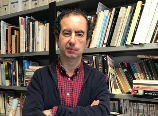 El profesor de Historia Contemporánea Antoni Marimón, en su despacho.