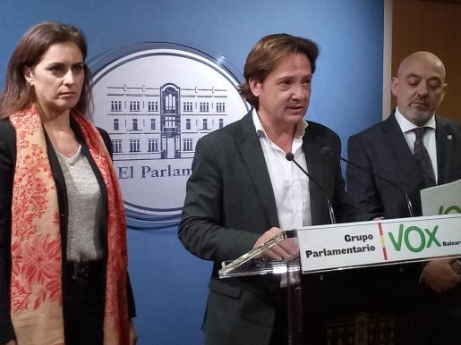 Jorge Campos, en el centro, durante una rueda de prensa en el Parlament.