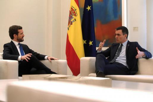 El presidente del Gobierno, Pedro Sánchez, recibe al líder del Partido Popular, Pablo Casado, en el Palacio de la Moncloa en su primera reunión de la nueva legislatura.