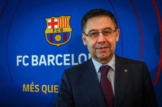 El presidente del Fútbol Club Barcelona, Josep María Bartomeu, posa para Efe durante una rueda de prensa.