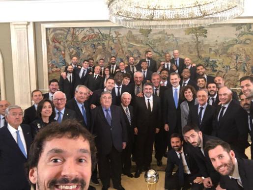 Sergio Llull, en primer término, junto al resto de la plantilla del Real Madrid y Felipe VI.