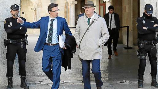El fiscal Subirán y su abogado, Javier Barinaga (izda.).