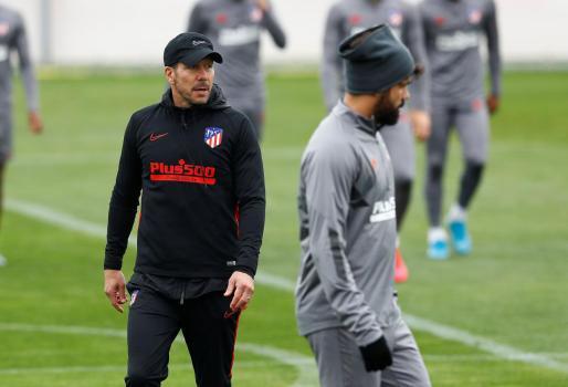 El entrenador del Atlético de Madrid, Diego Simeone, observa las evoluciones del entrenamiento de su equipo en presencia del delantero Diego Costa en vísperas del partido de ida de los octavos de final de la Liga de Campeones.