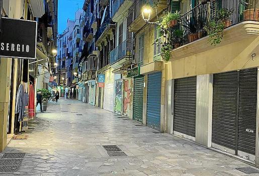 En la última semana, las patronales han compartido a través de las redes sociales imágenes de las calles comerciales de Palma con varios comercios cerrados con carteles de 'se traspasa' y barreras bajas a media tarde entre semana.