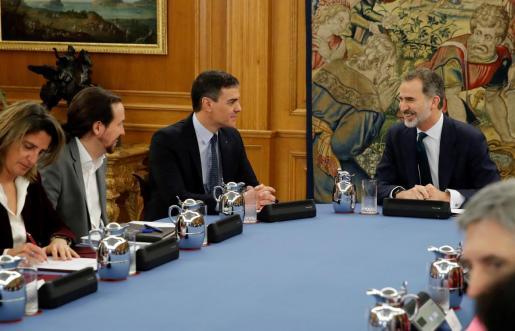 El rey Felipe conversa con el presidente del Gobierno, Pedro Sánchez (c), y el vicepresidente segundo, Pablo Iglesias (i), durante el Consejo de Ministros .