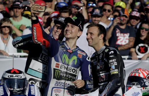 Jorge Lorenzo -en el centro- se hace un selfi con Johann Zarco -derecha- y Danny -izquierda- en el Circuito Ricardo Tormo de Cheste a la conclusión del Gran Premio de la Comunitat Valenciana tras proclamarse los tres campeones del mundo de MotoGP, Moto2 y Moto3.