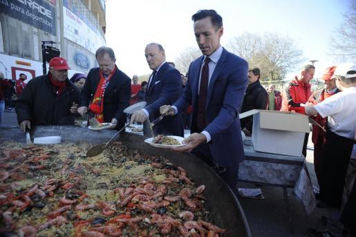 Steve Nash -derecha- junto al presidente del Real Mallorca, Andy Kohlberg, y el máximo accionista, Robert Sarver, en Son Moix durante la celebración del Centenario de la SAD balear.