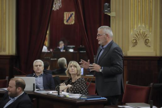 Jaume Font, aún presidente del PI, interviene en el pleno del Parlament.