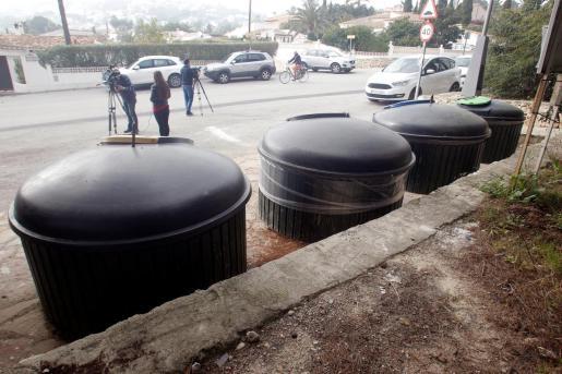 Zona de contenedores soterrados de la calle Móstoles de Moraira dónde fue encontrado el cadáver de la mujer.