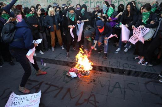 Colectivos y organizaciones feministas prenden una fogata en forma de protesta este martes frente al Palacio Nacional por la muerte de Fátima.