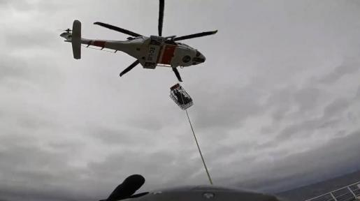 Momento en que el pasajero es subido al helicóptero de Salvamento Marítimo.