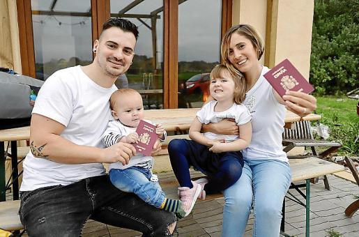 Raúl y Mariana, con sus pasaportes y sus hijos: Auka, de tres años, y Nilo, de siete meses.
