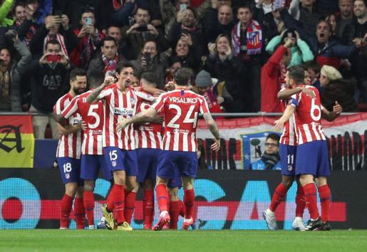 Los jugadores del Atlético de Madrid celebran el primer gol ante el Liverpool.