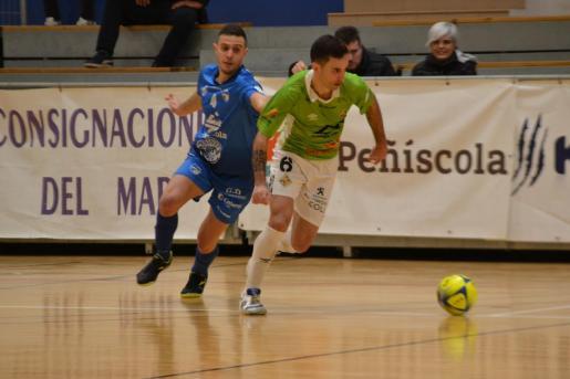 El jugador del Palma Futsal Joao Batista intenta marchar de un rival durante el partido disputado este martes ante el Peñíscola.