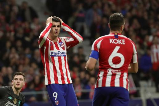 El delantero del Atlético de Madrid se lamenta tras una ocasión desaprovechada durante el encuentro.