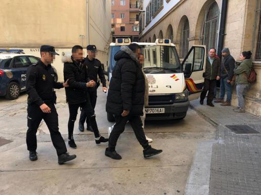 Los detenidos, llegando a los juzgados de Via Alemania.