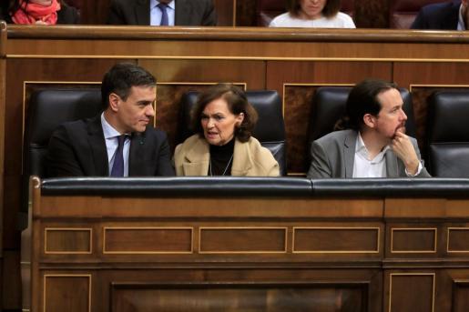 El presidente del Gobierno Pedro Sánchez; la vicepresidenta primera, Carmen Calvo; y el vicepresidente segundo, Pablo Iglesias, durante el pleno celebrado en el Congreso de los Diputados.