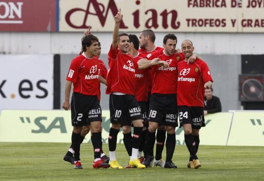 Mattioni, Castro, Julio Àlvarez, Aduriz, Mario Suárez y Borja celebran uno de los goles conseguidos el pasado domingo al Atlético. Hoy quieren que siga la fiesta.