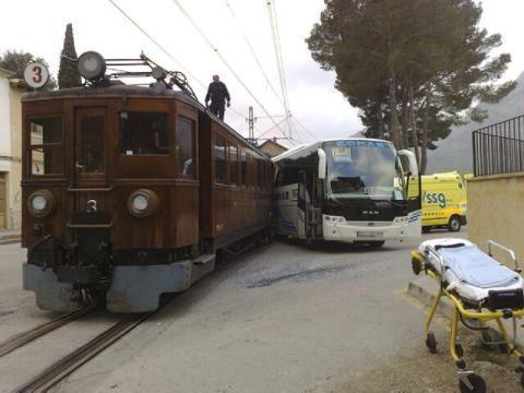 Al parecer, el autocar arrolló al ferrocarril.